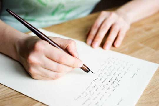 Élève qui écrit au stylo plume Photo : iStock / Eerik