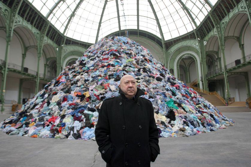 Christian Boltanski devant son installation « Personnes » à la Monumenta 2010 au Grand Palais. © Pierre Verdy - AFP