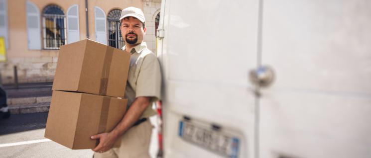 livreur portant des cartons